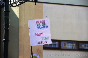 Ein Schild vom Gegenprotest